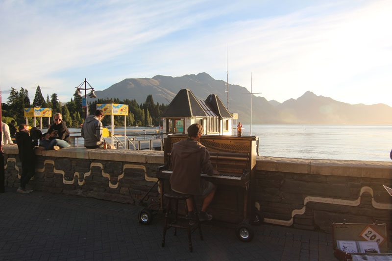 Straßenkünstler mit Klavier
