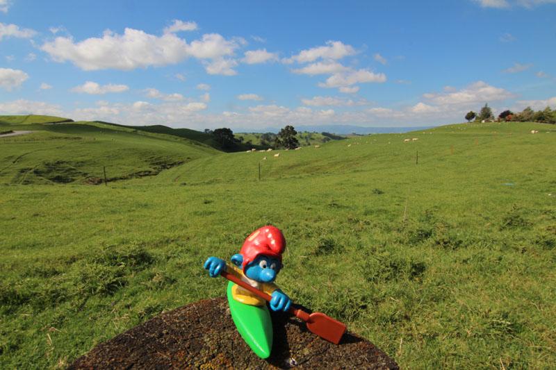 Kajaker vor den Hügeln von Hobbiton