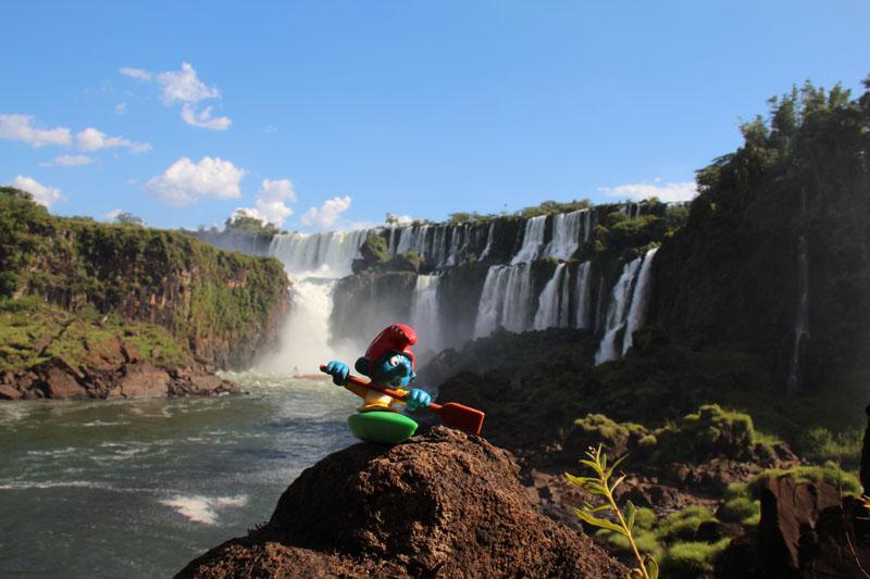 Glückliche Kajaker an den Wasserfällen von Iguazu