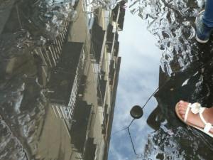 Häuserfassade in einer Neapler Pfütze